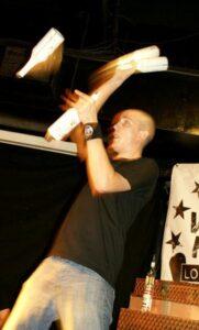 Tom Dyer juggling 4 flair bottles